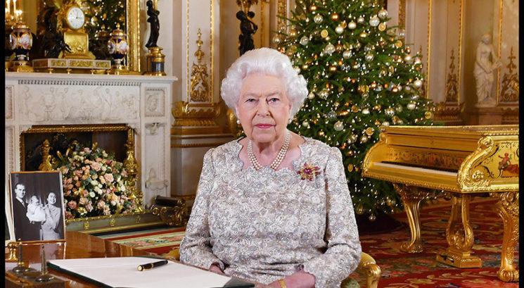 Zakaj se kraljica Elizabeta za božič preobleče kar sedemkrat