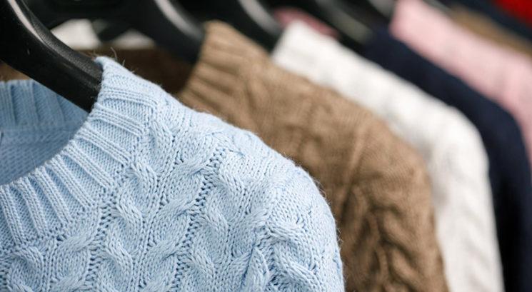 Kako obesiti puloverje, da zasedejo minimalno prostora v omari