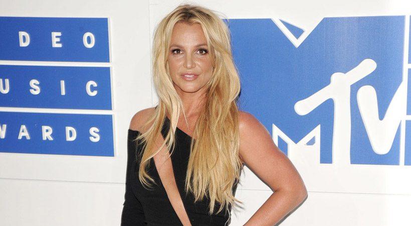 Več je boljše! Britney Spears razkrila svoj praznično okrašen dom