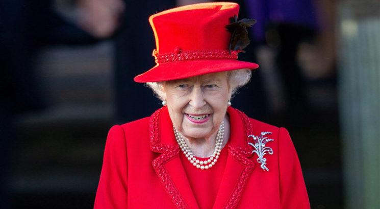 Kraljica Elizabeta v družbi bodočih kraljev pekla pecivo!
