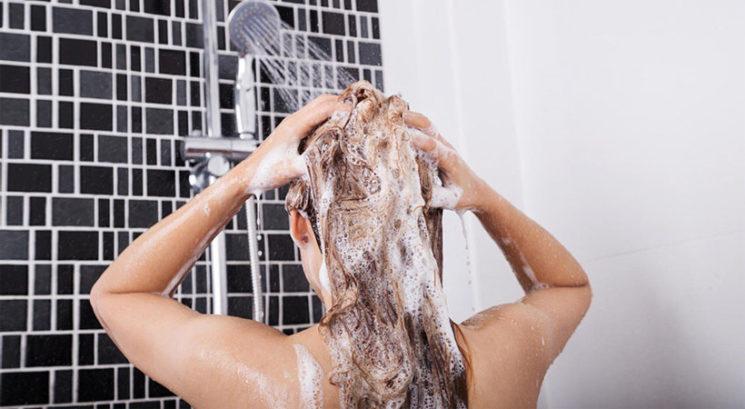 Kako točno bi morali umivati lase, da preprečimo poškodbe