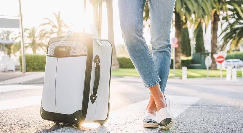 Potovanje: Zakaj bi morala vedno spakirati teniško žogico v ročno prtljago