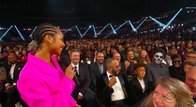 Kdo je bil moški naličen v okostnjaka na letošnjih Grammyjih?
