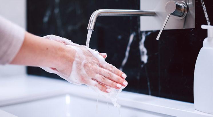 Umivanje rok vs. razkuževanje rok: Kaj je boljše za preprečevanje okužbe?