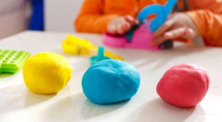 Kako narediti domači plastelin (s sestavinami, ki jih imaš že doma)