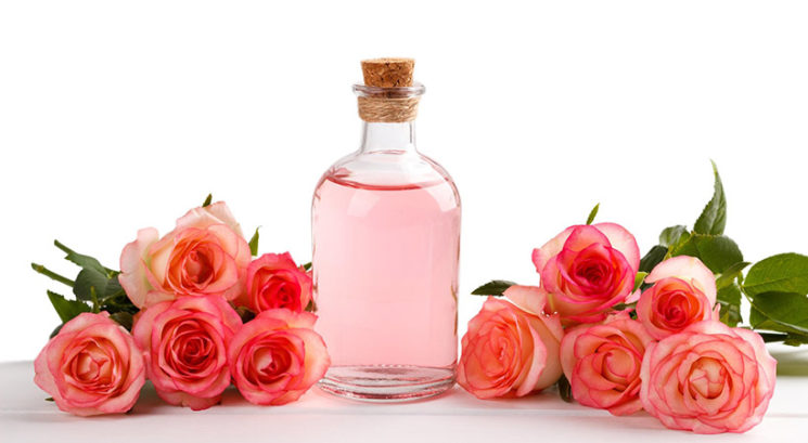 Rožna voda: 10 koristi za kožo, lase in telo