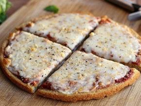 Recept: Beljakovinsko testo za pizzo iz kvinoje (samo 5 sestavin!)