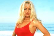 Pamela Anderson razkrila, kaj se je zgodilo z njenimi ikoničnimi Baywatch kopalkami