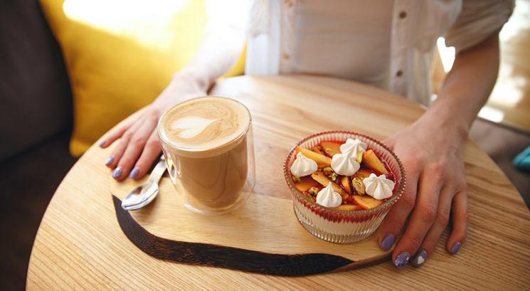 Ti lahko več skodelic kave na dan pomaga do ožjega pasu?