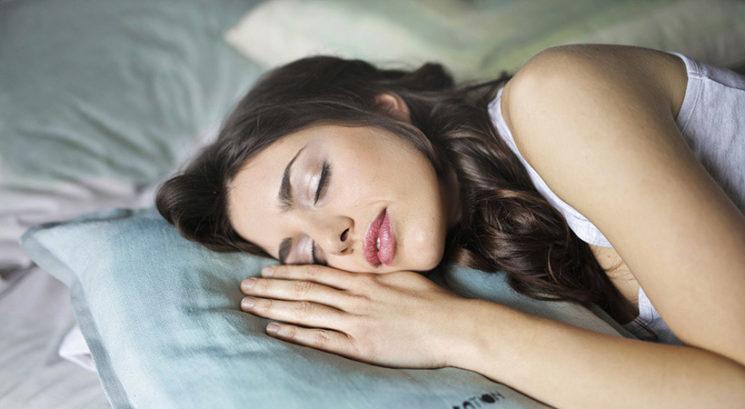 To je najboljši spalni položaj, če si želiš raven trebuh