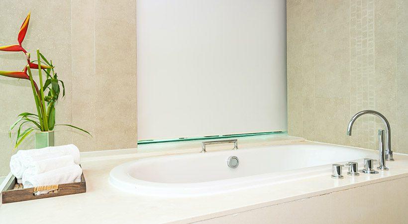 Naravni čistilni trik za kopalno kad in tuš kabino te bo šokiral!