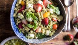 Poletni okusi: Testeninska solata z jagodami, avokadom in pestom