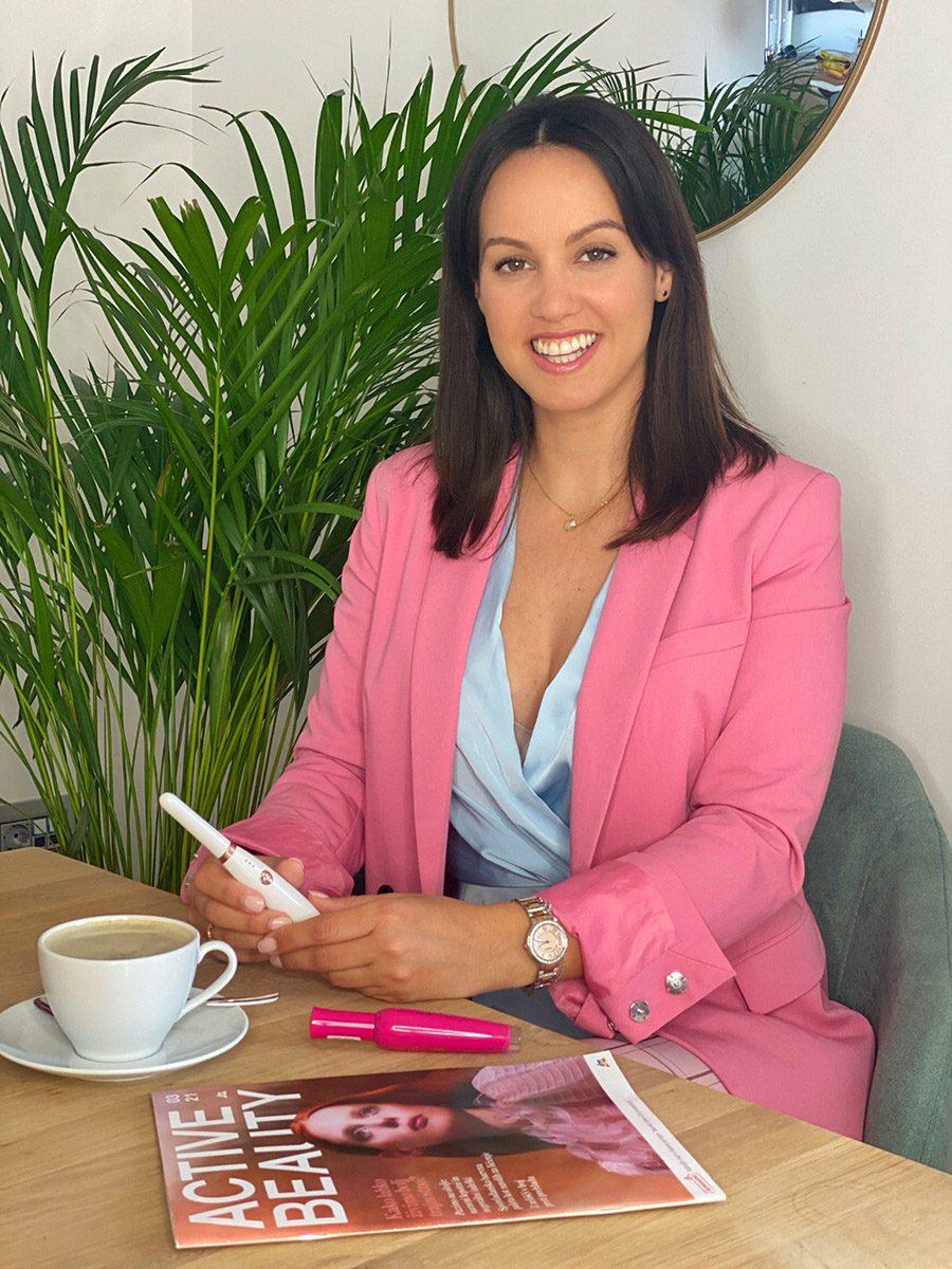 Novosti v dm ponudbi in edinstven pripomoček za vihanje trepalnic sta preizkusili tudi televizijska voditeljica Lorella Flego in vplivnica Lepa Afna. (foto: ZEN, promocijski material)