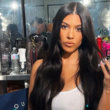 Kourtney Kardashian sijala v temi v belih tangicah